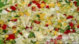Zeleninový šalát s olivami a kukuricou