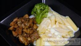 Syrová omáčka s marinovaným kurčaťom a brokolicou