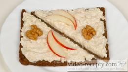 Hermelínová nátierka s chrenom a jablkami