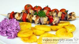 Hydinové ražniči so zemiakmi na mede