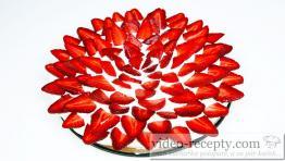 Jednoduchá sušienková torta s jahodami