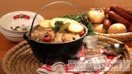 Zapečené zemiaky s kyslou kapustou a klobásou